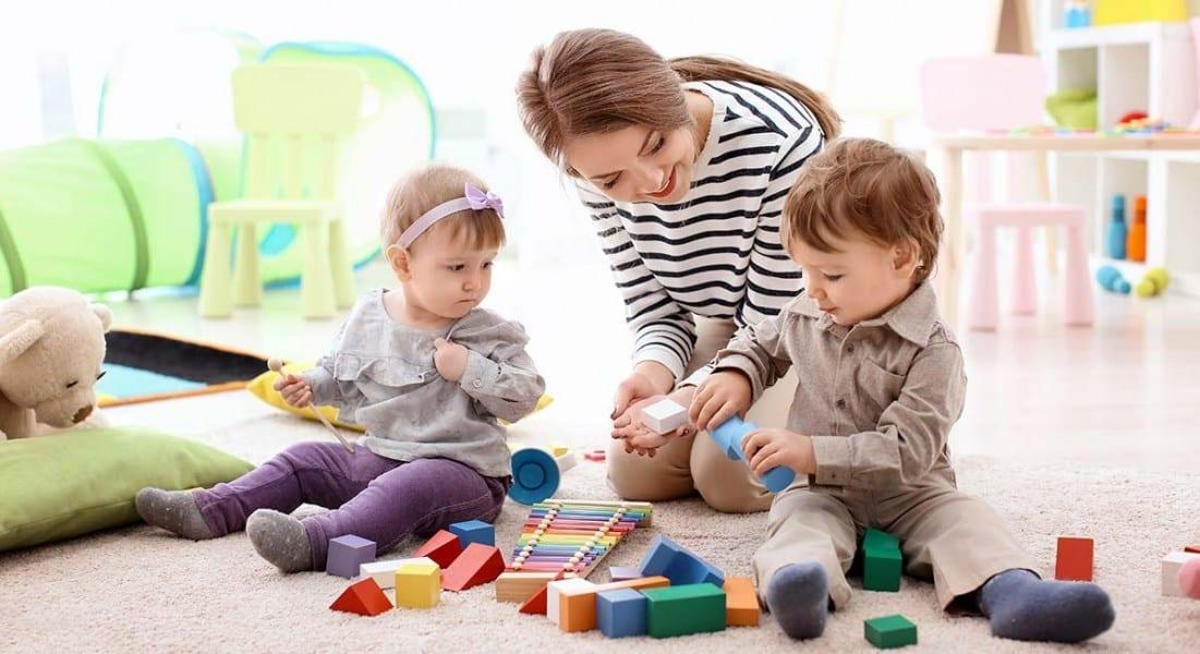 Une dame qui joue avec deux enfants